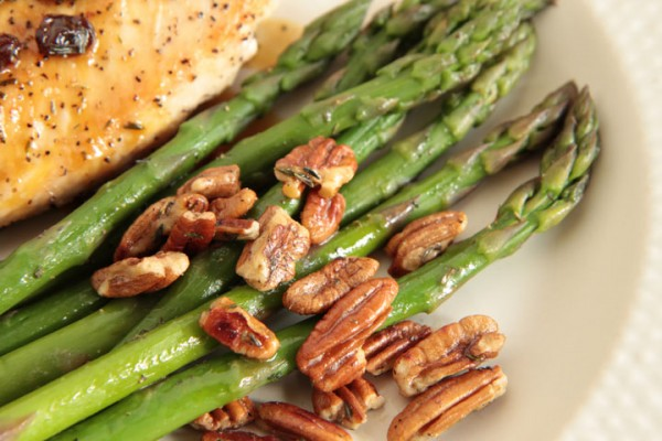 Asparagus with toasted pecans