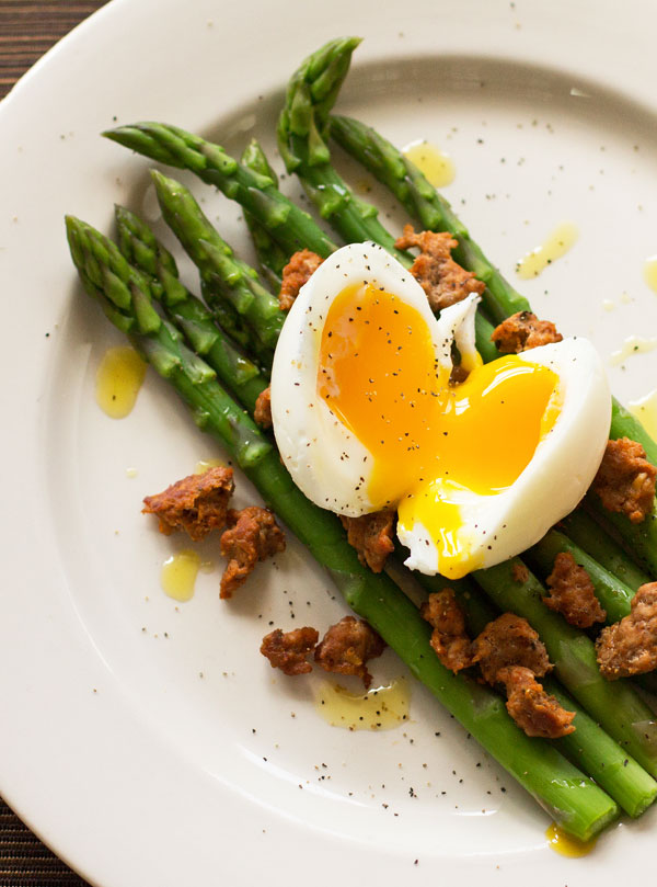 An easy salad with steamed asparagus, chorizo and a soft-boiled egg #asparagus #chorizo @mjskitchen