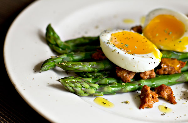 Salad of asparagus, soft-boiled egg and chorizo sausage