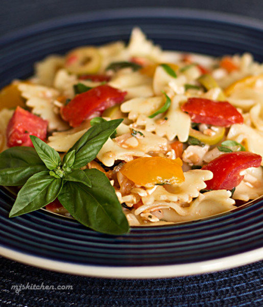 Pasta with fresh tomatoes, basil, olives and cheese