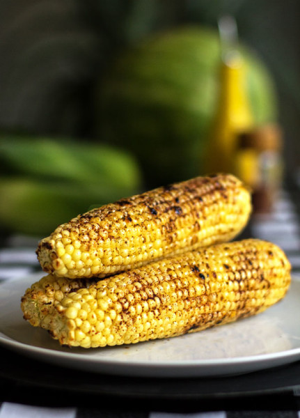 A spicy and juicy grilled corn with a drizzle of olive oil and some red chile spice mix @mjskitchen #corn #red #chile